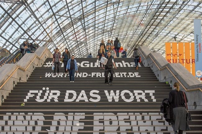 Mit dezenten, aber unübersehbaren Mitteln weist der Börsenverein des Deutschen Buchhandels die Besucher der Leipziger Buchmesse darauf hin, was diese Großveranstaltung vor allem sein soll: Ein Fest der Freiheit und der Vielfalt. Zu beidem gehören für jedermann Dinge, die ihm nicht gefallen, die er aber aushalten muss.