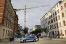 Ein Mann ist am Dienstagabend von einem etwa 30 Meter hohen Baukran an der Kreuzung Brühl/Elisenstraße in die Tiefe gesprungen.