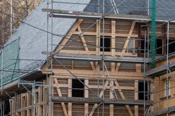 Am Landgasthof im Erlauer Ortsteil Crossen wurde das Fachwerk erneuert, da die jahrhundertealten Balken marode waren.
