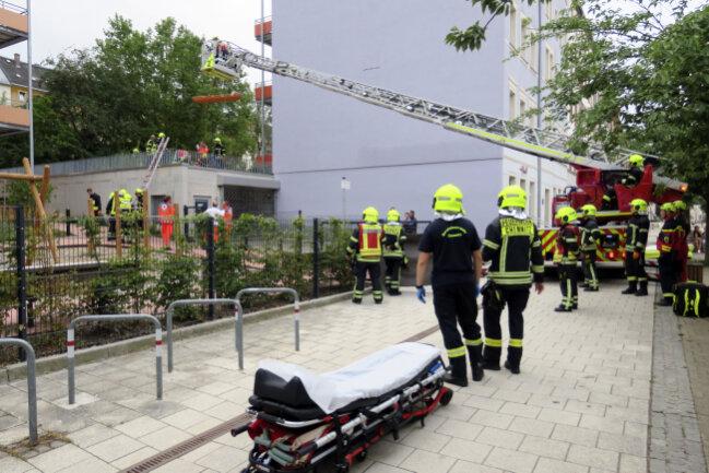 Er landete schwer verletzt auf einem terassenartigem Anbau und wurde ins Krankenhaus gebracht.