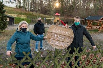 """Kathrin Leberecht, Michael Börnig und Oliver Flemming (v. l.) - hier am Dorfplatz in Niedersteinbach - machen sich für die Bewerbung des Peniger Ortsteils beim Wettbewerb """"Unser Dorf hat Zukunft"""" stark."""