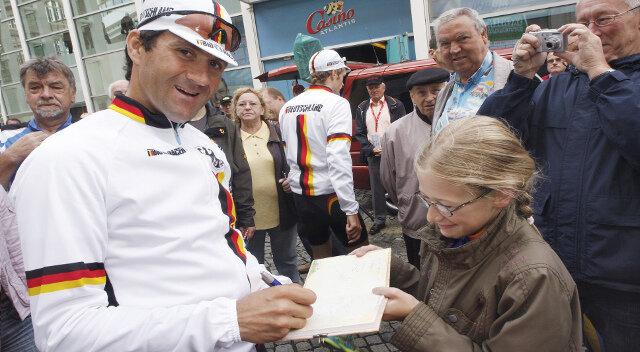 Maxi Michael nutzte die Sachsentour am Samstag zum Autogrammsammeln und freute sich über die Unterschrift von Timo Scholz aus dem deutschen Nationalteam. Er ist derzeit amtierender Steher-Europameister.