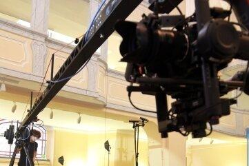 Wie ein langarmiges Ungetüm ragt der Kamerakran in den Innenraum der Nikolaikirche.