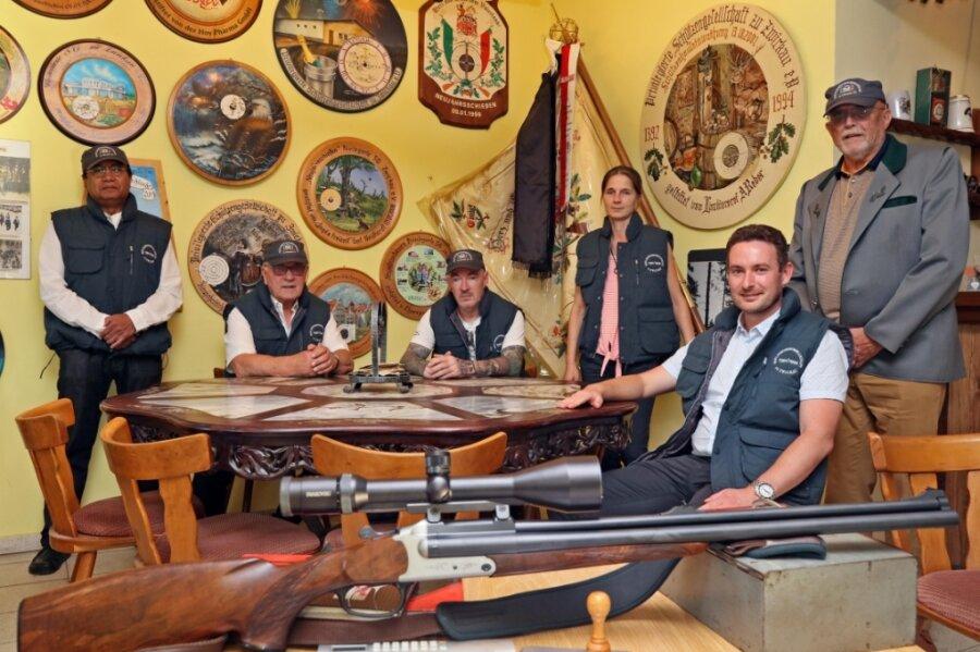 Im Vereinsheim werden die Traditionen der Schützengesellschaft lebendig. Präsident Alfred Pawlik (Zweiter von links) baut auf die Verknüpfung von alten Werten mit jungen Leuten und moderner Technik.