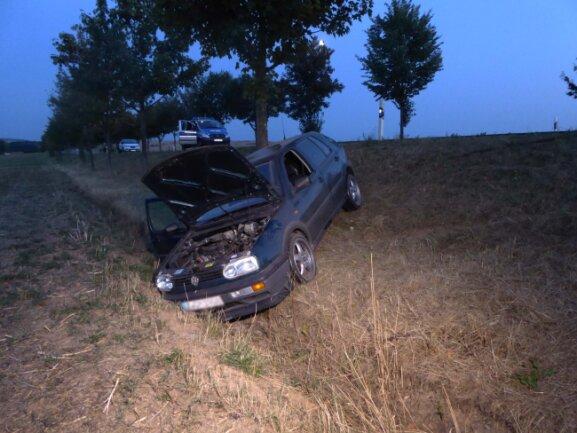 Ein VW gerietauf gerader Streckeins Schleudern, kam von der Fahrbahn ab und prallte mit dem Heck gegen einen Baum.