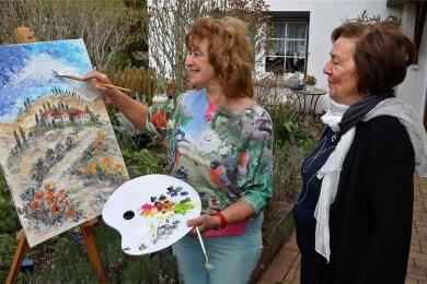 Stephanie Schnabel hatte ihre Staffelei im Garten in Oberwiera aufgestellt. Bärbel Knobloch schaute der Künstlerin über die Schulter.