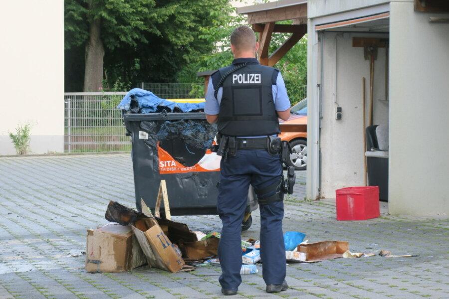 Aue-Bad Schlema: Brennende Mülltonne vor Wohnheim
