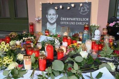 Mit Blumen und Kerzen wird in Limbach-Oberfrohna unerwartet verstorbenen Oberbürgermeisters Jesko Vogel gedacht.