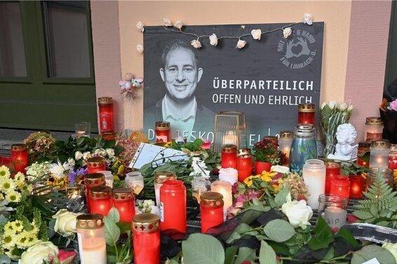Bürger und Bürgerinnen legten Blumen und Kerzen für den unerwartet verstorbenen Oberbürgermeister Jesko Vogel ab.