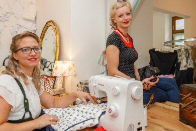 Claudia Enzmann (l.) und Lisa Teucher aus Niederschmiedeberg eröffnen am 30. Oktober ab 17.30 Uhr ihren Laden. Darin dreht sich alles um die 50er-Jahre.