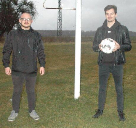 Rafael Bothen und Julius Lehmann unterhalten ihr Publikum mit einem Podcast über das aktuelle Fußballgeschehen. Knapp 200 Zuhörer waren bei der ersten Auflage dabei.