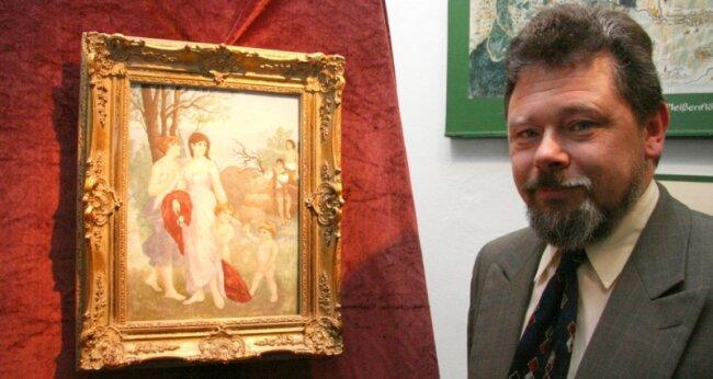"""<p class=""""artikelinhalt"""">Museumschef Hans-Jürgen Beier präsentierte am Samstag sein neuestes Exponat innerhalb der Sammlung Fraureuther Porzellan. </p>"""