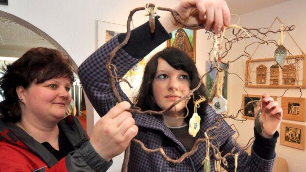 Sandra Rau und Tochter Patricia (14) zeigen in der Heimatstube Werda ihre getöpferten Kunstwerke.