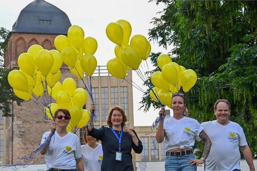 Sie haben das Bürgerfest seit Juni vorbereitet: Jenny Märtin, Bianca Steinbock, Nancy Schäfer und Raphael Steinbock (von links) vom Verein Chemnitzer Bürgerfest. Zum Beginn am Freitag ließen sie Luftballons in den Himmel steigen.