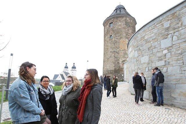 Der Rote Turm gehört zur historischen Stadtmauer rund um den Campus der Plauener Berufsakademie.