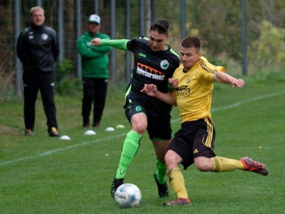 Mit einem 3:1-Heimsieg gegen Merkur Oelsnitz II hat Heinsdorfergrund (rechts Fabrice Arzt im Zweikampf mit Lucas Prang) voriges Wochenende die Tabellenführung verteidigt. Nun geht es zum Tabellenzweiten Reichenbacher FC II, der schon fünf Punkte zurückliegt.