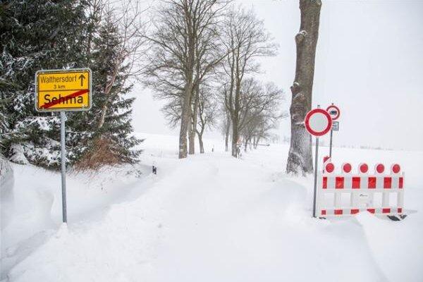 Zu viel Schnee und kein Durchkommen: Die Straße von Sehma Richtung Walthersdorf ist derzeit gesperrt.