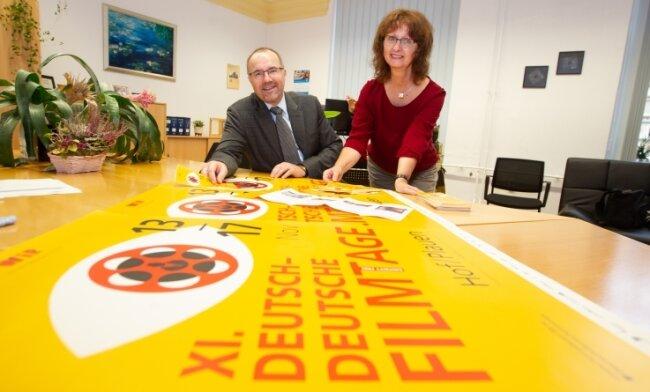 Kulturbürgermeister Steffen Zenner und Steffi Behncke vom Kulturreferat freuen sich auf die nächsten Filmtage. Das Programm steht.