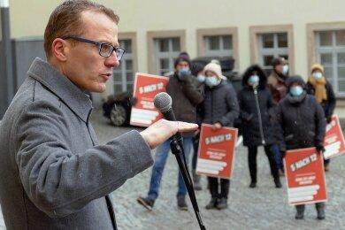 Alexander Krauß spricht zum Händlerprotest in Zschopau.