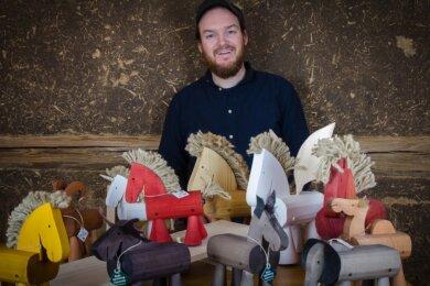 Michael Lipkowsky bietet seine in Flöha gefertigten Lauftiere noch bis Ende Februar auf dem ersten virtuellen Weihnachtsmarkt an.