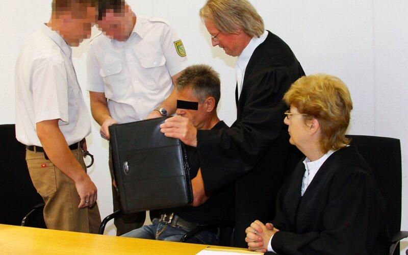 """<p class=""""artikelinhalt"""">Ronald D. aus Bergen (Mitte) ließ sich vor den Fotografen abschirmen. Neben dem vom Gericht bestellten Pflichtverteidiger hatte er sich auf eigene Faust eine zweite Anwältin genommen, was zunächst für Befremden bei Gericht und Staatsanwaltschaft sorgte. Der Angeklagte verzichtete dann auf die Wahlverteidigerin. </p>"""