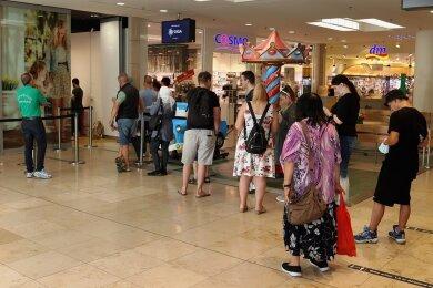 Mehr Nachfrage als gedacht: Impfwillige stehen am Freitag in den Zwickauer Arcaden Schlange.