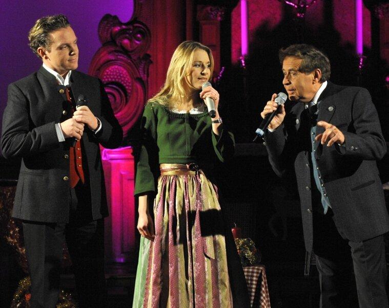 Stefan Mross, Stefanie und Eberhard Hertel (von links) beim Auftritt bei ihrer Weihnachtstour 2009, die sie auch in die Michaeliskirche Adorf führte. Am 27. November beginnt die Weihnachtstour 2010.