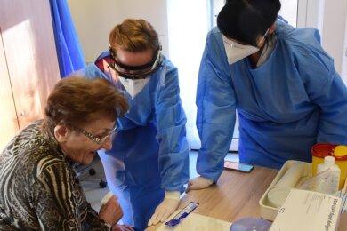 Seit Monatsanfang werden im Alexa-Pflegeheim auf dem Kaßberg Antigen-Schnelltests durchgeführt. Die Mitarbeiterinnen Nicole Oehme (links) und Claudia Kohl testen (im Foto) eine Bewohnerin auf das Coronavirus.Foto: Andreas Seidel