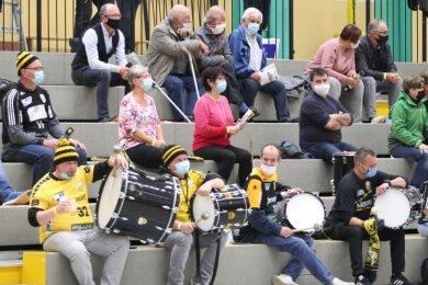 Die verschärften Coronabestimmungen im Vogtlandkreis sorgten dafür, dass nur Dauerkarteninhaber das Oberlosaer Spiel in der Helbig-Halle besuchen durften. Die mussten zudem Mund-Nase-Schutz tragen. Die Trommler des Vereins taten dennoch alles, um ihre Männer zum Heimsieg zu peitschen.
