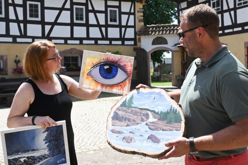 Hobbymalerin Anne-Catherine Zajonz bereitet mit Georg Scheffler eine Ausstellung im Vierseithof an der Chemnitzer Straße in Burgstädt vor. Während der Kulturhauptstadt-Veranstaltungen im Chemnitzer Umland soll dort eine Kulturscheune etabliert werden.