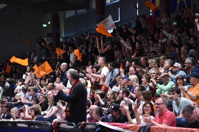 An die 3000 Fans sind in der Hartmannhalle.