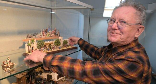 Joachim Böttcher, Vorsitzender der Klio-Landesgruppe Südwestsachsen, gehört zu den Ausstellern der Zinnfigurenschau im Stickereimuseum Eibenstock.