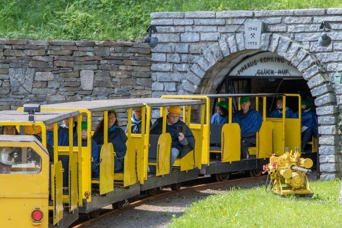 Mit einer Grubenbahn geht es hinein in den Röhling-Stolln. Noch dieses Jahr soll die Erweiterung des Besucherbergwerkes beginnen.