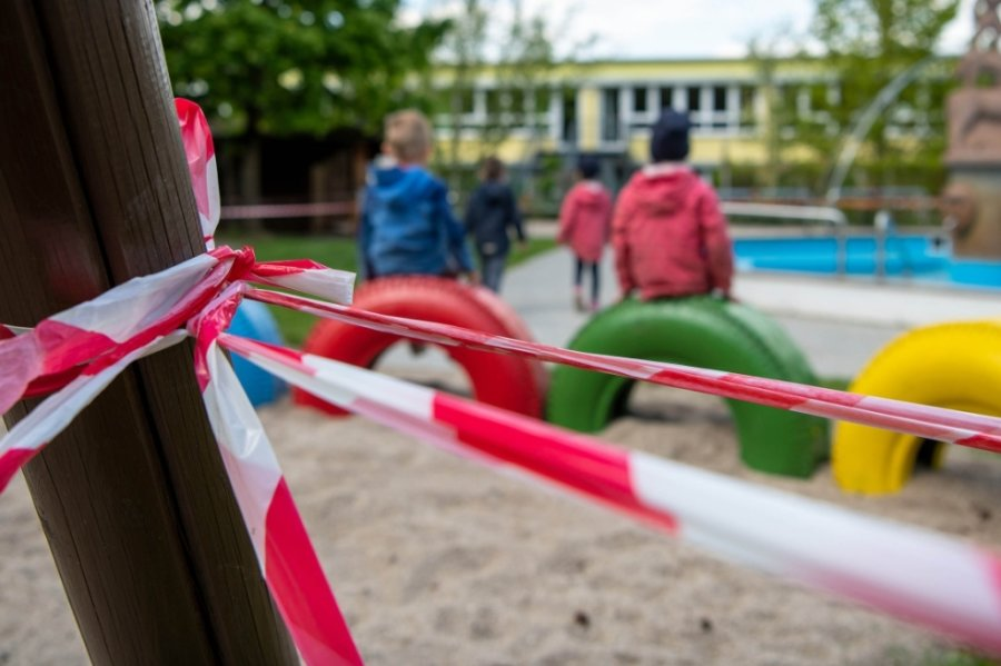 """In der Rochlitzer Kindertagesstätte """"Die kleinen Strolche"""" des Deutschen Roten Kreuzes (DRK) ist der Spielplatz wie auch in anderen Einrichtungen mit Absperrband für die einzelnen Gruppen unterteilt."""