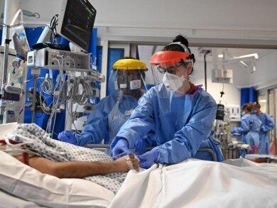 Behandlung eines Corona-Patienten auf einer Intensivstation inGroßbritannien.