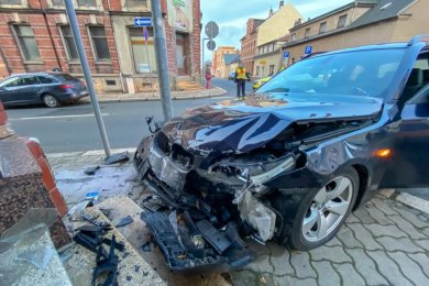 Ein BMW hat an der Falkensteiner Bahnhofstraße ein Haus gerammt.