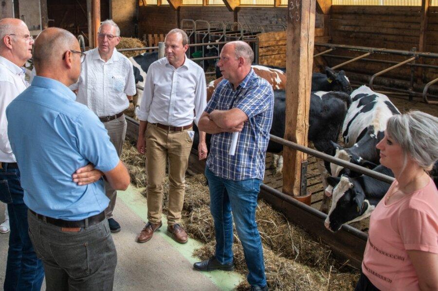 Der Sächsische Staatsminister für Energie, Klimaschutz, Umwelt und Landwirtschaft, Wolfram Günther, war zu Gast beim Landesverband Sachsen der Maschinenringe in Erlau. Dabei gab es auch einen Besuch auf dem Hof von Ralf Kühn in Topfseifersdorf.