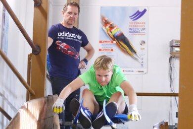Ein wichtiger Teil des Trainings betrifft laut Torsten Wustlich den Start. Hier übt der Disziplinchef mit seinem Schützling Theodor Krone im Innenbereich des Oberwiesenthaler Stützpunktes die Paddelschläge.