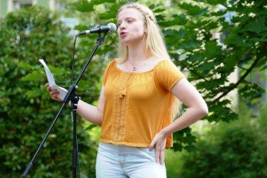 Obwohl Elina Matthes nach eigenen Angaben ziemlich aufgeregt war, hinterließ die 16-jährige Neuhausenerin beim Poetry-Slam im Zschopauer Park einen äußerst selbstbewussten Eindruck.