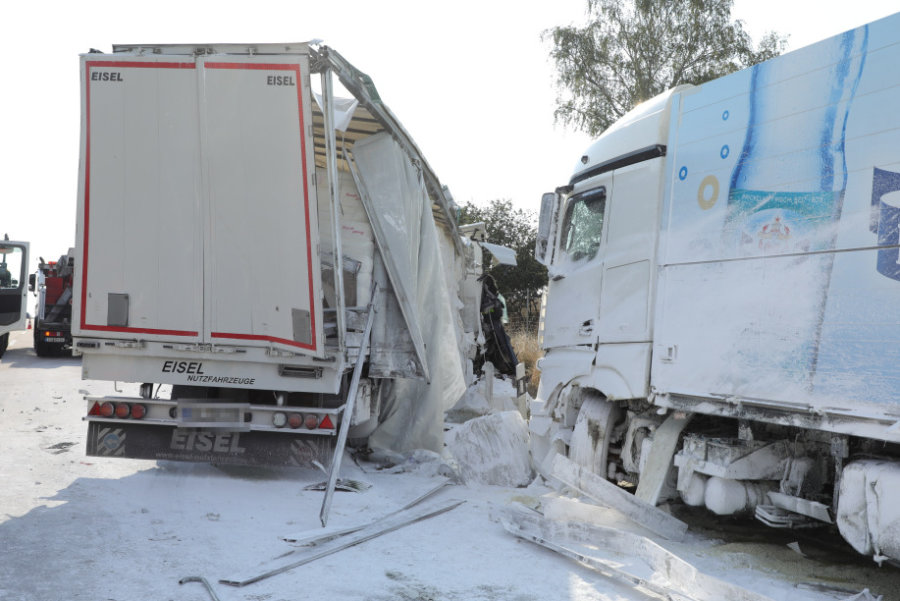 Unfall mit zwei Lkw - Stau auf A4