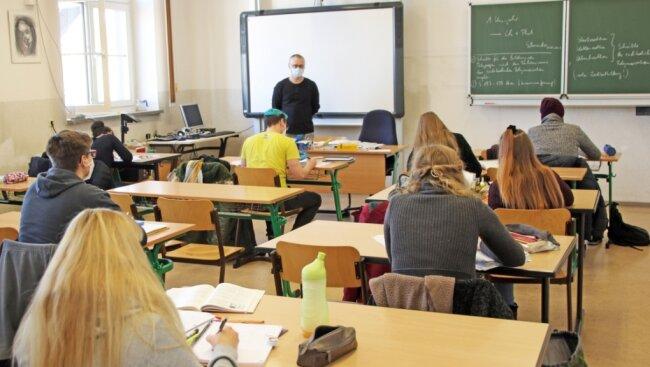 Im Chemie-Unterricht von Fachlehrer André Schneider büffeln die Schüler für die bevorstehenden Abiturprüfungen am Freiberg-Kolleg.