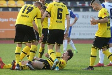 Doppeltorschütze Botond Bach bejubelt liegend einen Treffer gegen Zorbau, die erleichterten Mannschaftskameraden feiern ihn. Die Erleichterung steht den VFC-Fußballern ins Gesicht geschrieben.