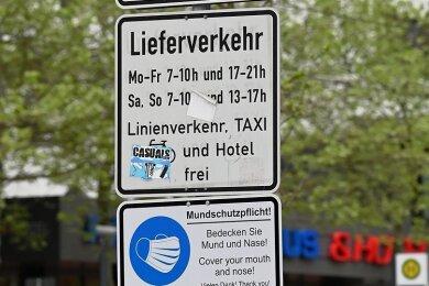 Ein Hinweis auf die frühere generelle Mundschutzpflicht in der Chemnitzer Innenstadt an der Straße der Nationen. Jetzt werden die Schilder abmontiert. Auch das Schild im Foto ist schon weg.