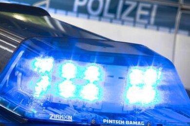 Schwer verletzt worden ist am Sonntagabend bei einem Verkehrsunfall eine Frau (53) in Lichtentanne. Ein Unbekannter fuhr sie an und danach einfach weiter.