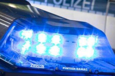 Unbekannte Täter sind gewaltsam in ein Einfamilienhaus in Scheibenberg eingestiegen und haben dort Gegenstände im Wert von mehreren tausend Euro gestohlen.