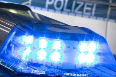 Ein ungewöhnlicher Verkehrsunfall hat am am Dienstag Polizisten in Zwickau auf den Plan gerufen. Am Dienstagnachmittag war ein Lkw auf einen VW aufgefahren und hatte ihn auf der Humboldtstraße eine längere Strecke vor sich hergeschoben.