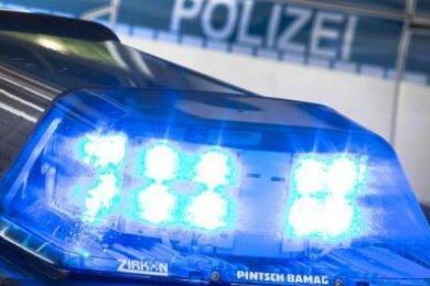 Ein 29-Jähriger hat am frühen Sonntagmorgen in Oelsnitz im Vogtlandkreis im Streit mit einem 21-Jährigen eine Schreckschusspistole eingesetzt.