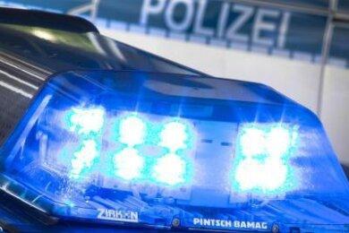 Zwei Autos sind in den vergangenen Tagen in Plauen von unbekannten Tätern beschädigt worden. Die Polizei geht in beiden Fällen von Fahrerflucht aus und sucht Zeugen.