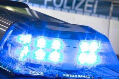 Werdau: Auto erfasst Fußgänger - Fahrer flüchtet
