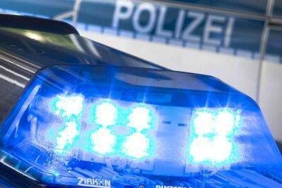 Auto erfasst Fußgängerin: Frau stirbt im Krankenwagen
